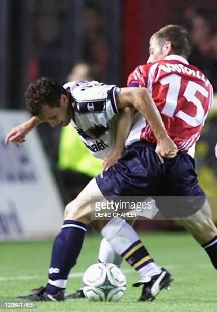 Attaquant lillois Djezon Boutoille est à la lutte avec l'attaquant de Parme, l'Italien Marco Di Vaio , le 22 août 2001 au stade Grimonprez Jooris de...