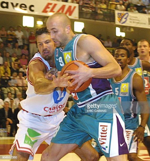 L'attaquant palois Roger Esteller est à la lutte avec le chalonnais Stéphane Ostrowski lors de la rencontre opposant l'Elan sportif Chalon à...