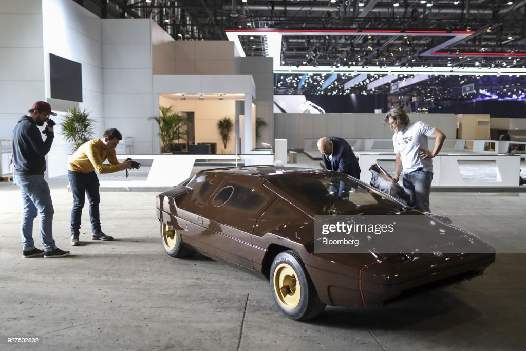 Photos et images de automakers unveil their latest vehicles ahead of attendees look at a lancia automobiles spa sibilo automobile ahead of the 88th geneva international motor publicscrutiny Images
