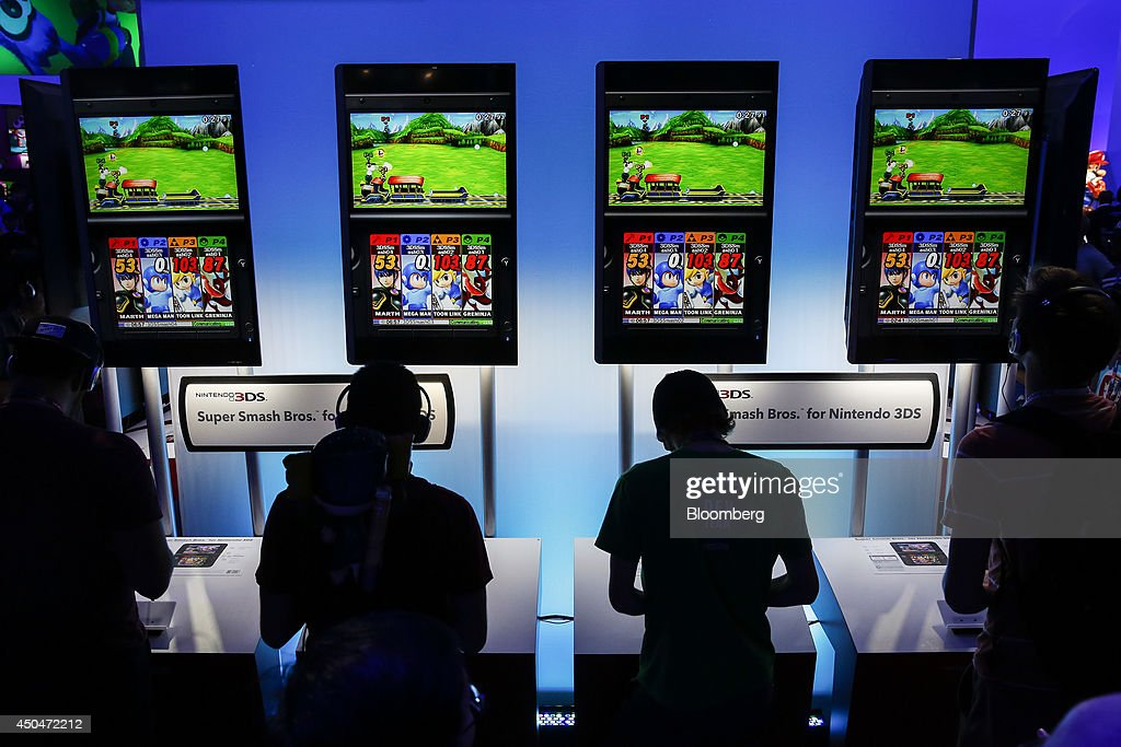 Attendees play Super Smash Bros. for the Nintendo 3DS during the E3 Electronic Entertainment Expo in Los Angeles, California, U.S., on Wednesday, June 11, 2014. E3, a trade show for computer and video games, draws professionals to experience the future of interactive entertainment as well as to see new technologies and never-before-seen products. Photographer: Patrick T. Fallon/Bloomberg via Getty Images