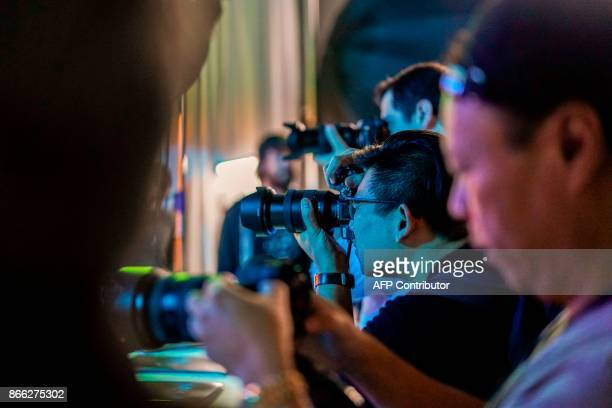 Attendees try out Sony's new camera Alpha 7R III after it was unveiled in New York on October 25 2017 / AFP PHOTO / Jewel SAMAD
