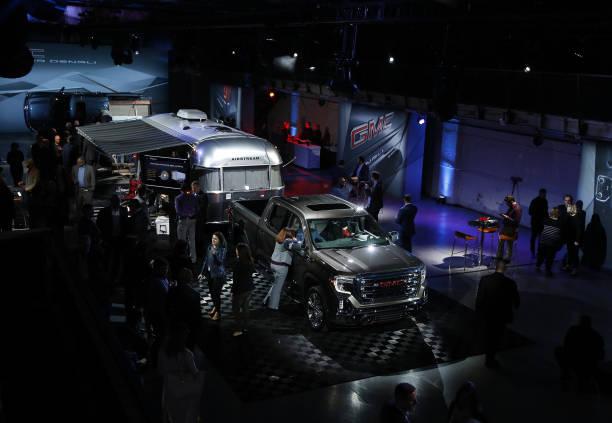 General motors co reveals the 2018 gmc sierra 1500 pickup for Via motors truck price