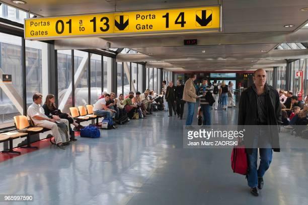 Attente à l'embarquement dans un hall de l'aéroport de LisbonnePortela au Portugal le 24 avril 2006