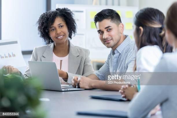 Aufmerksame vielfältige Geschäftsleute teilnehmen an Sitzung