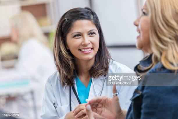 親切な女医患者に耳を傾け