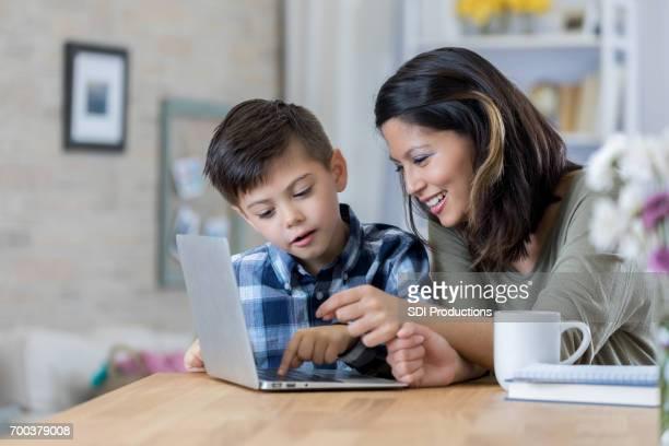 Mère attentive permet son utilisation pour ordinateur portable à la maison