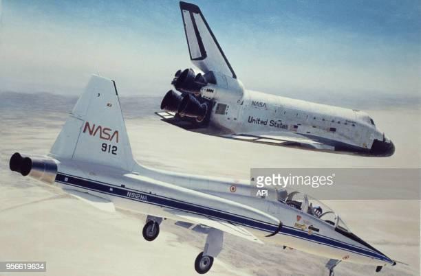 Atterrissage de la navette Columbia accompagnée d'un avion de chasse