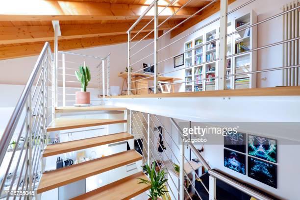 grenier avec mezzanine - mezzanine photos et images de collection