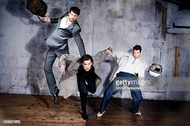 Attitude of three mannequins in a room empty from left to right dummy gray suit multicolored striped tennis shirt Paul Smith LONDON cotton jersey...