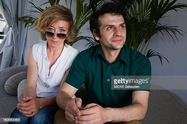 Attitude souriane Sylvie TESTUD his sunglasses on his nose sat at odds with one unidentified man