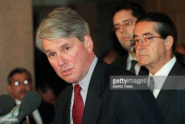 US attorney Gregory Craig announces 05 April 2000 in Washington DC that Elian Gonzalez's father Juan Miguel Gonzalez will fly to the United States 06...