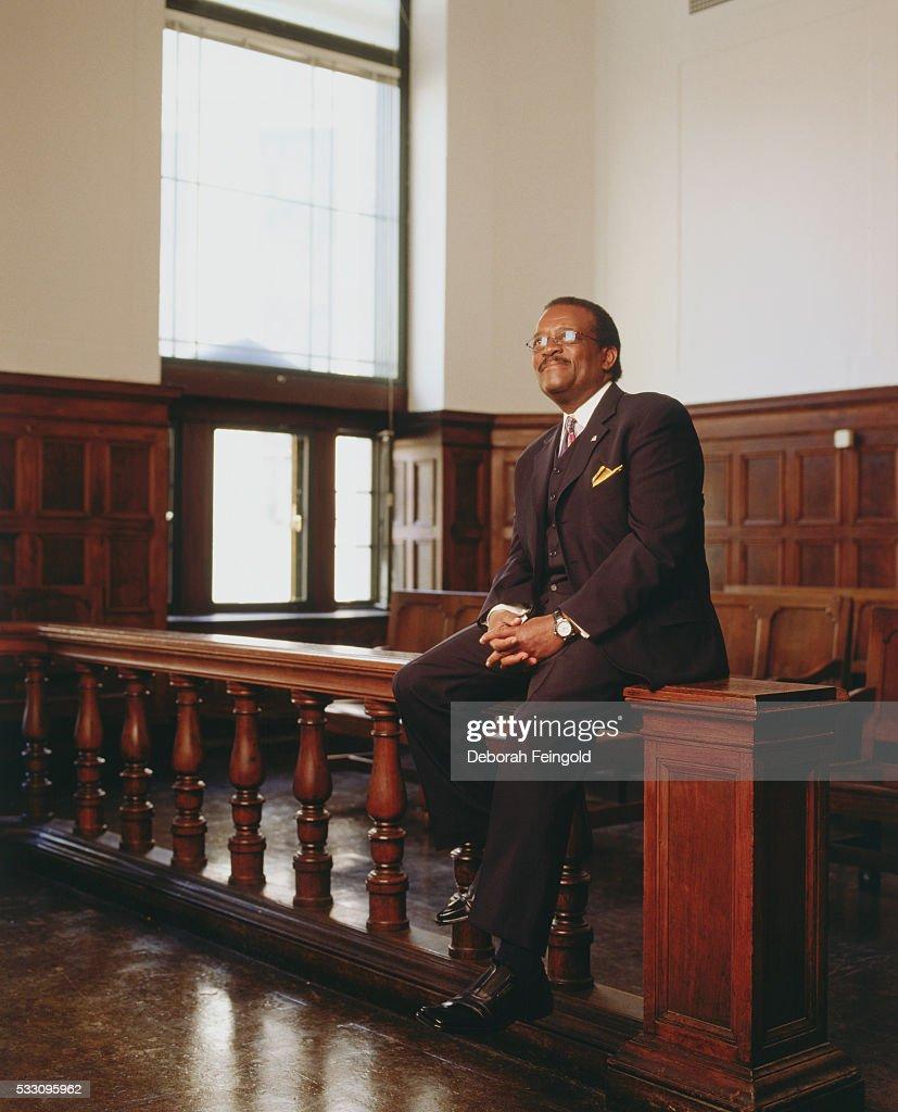 Attorney Johnnie Cochran in Courtroom : News Photo