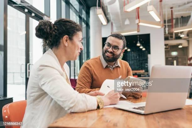 het aantrekken en behouden van medewerkers - information stockfoto's en -beelden