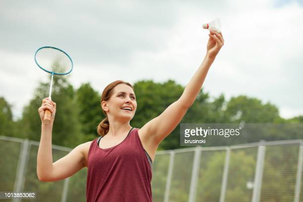 バドミントン魅力的な 30 歳の女性 - スポーツ バドミントン ストックフォトと画像