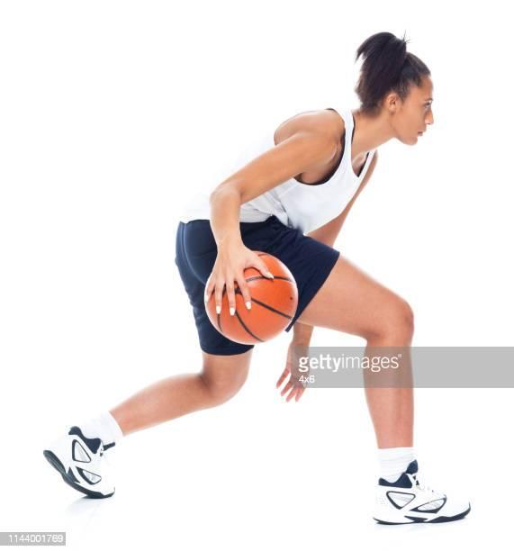 attraktive afroamerikanische amerikanerin spielt basketball - basketballspieler stock-fotos und bilder