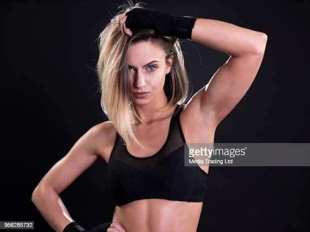 Modèle attrayant et provocante femme fitness, regardant la caméra