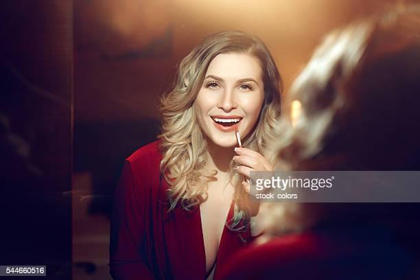 Schönes Blondes Haar Frau im Spiegel
