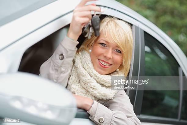 Atractiva rubia adolescente muestra su llave de coche