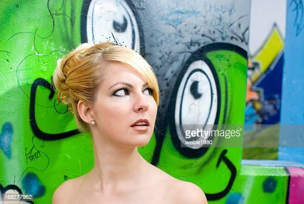 Belle femme blonde avec hairdress de mariage