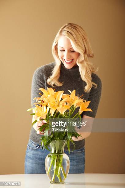 Attraktive Blonde Frau arrangieren Blumen