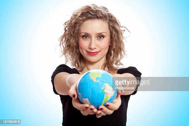 Attraktive blonde Frau Halten Sie eine Welt