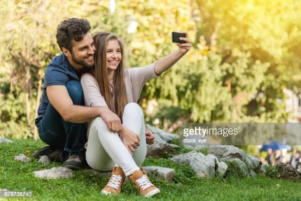 atraente menino e menina casal tendo selfie - televisão de alta definição - fotografias e filmes do acervo
