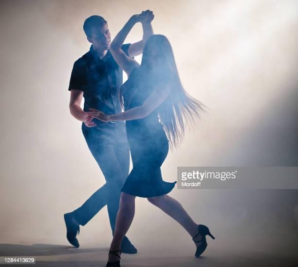 couple attrayant de jeunes danseurs exécutent la danse latino-américaine - danse latine photos et images de collection