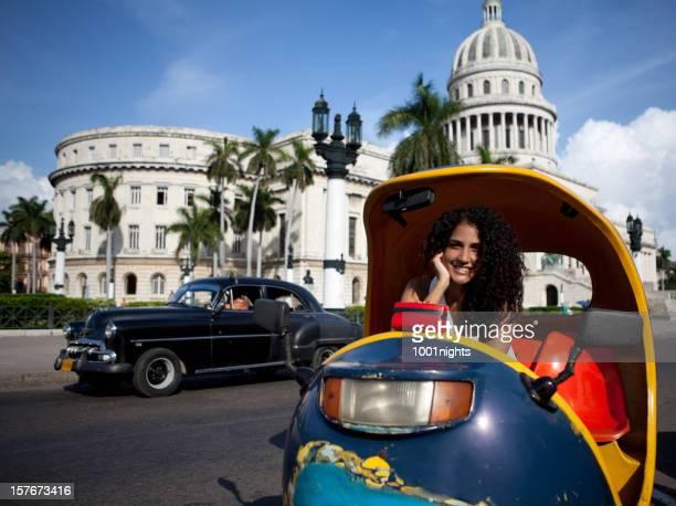 Attraktive Frau posieren von der kubanischen El Capitolio