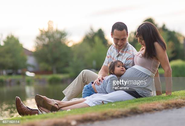 attractive ethnic family with their toddler and unborn - povo havaiano imagens e fotografias de stock