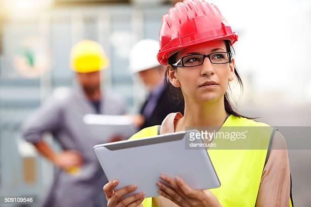 Attraktive weibliche Bau-Architekten mit Digitaltablett
