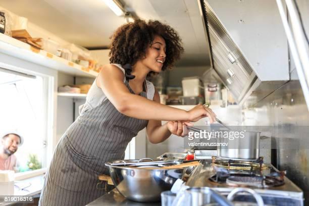 trabajador femenino atractivo de la comida rápida - black cook fotografías e imágenes de stock