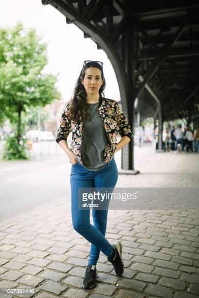 Attraktives weibliches Modell stehend auf Stadtstraße