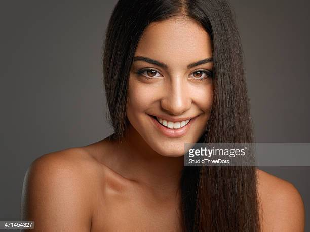 feliz atraente jovem mulher com cabelo longo em linha reta - cabelo liso - fotografias e filmes do acervo