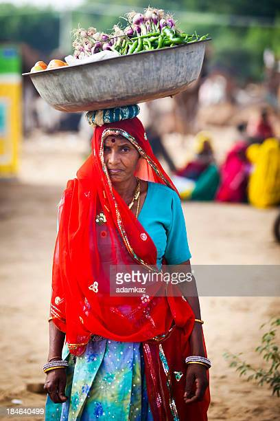 atraente mulher carregando pratos indianos - odisha - fotografias e filmes do acervo