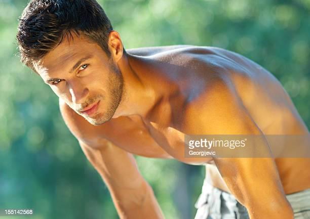 Attraente modello maschio