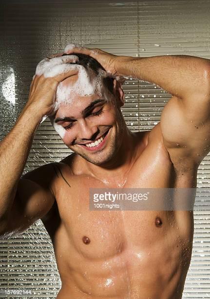 て魅力的な男性のシャワー