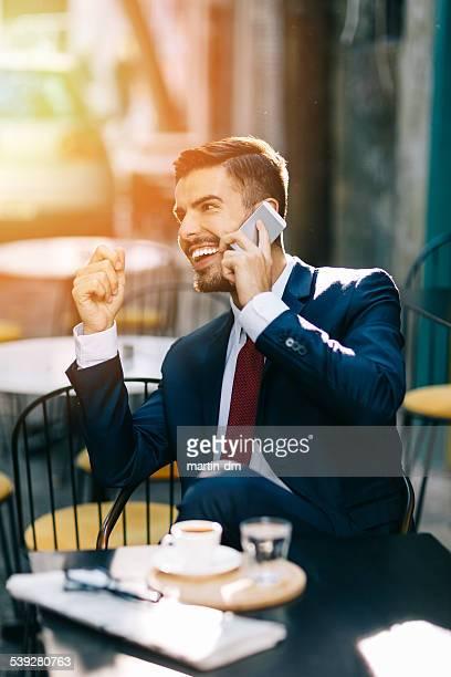 Homme séduisant sur le téléphone