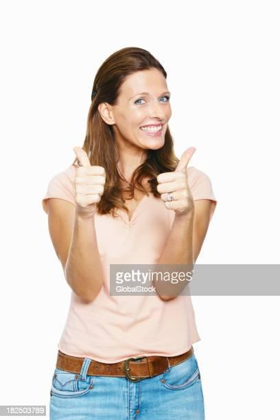 Attraktive mid Erwachsene Frau zeigen Daumen hoch-Schild