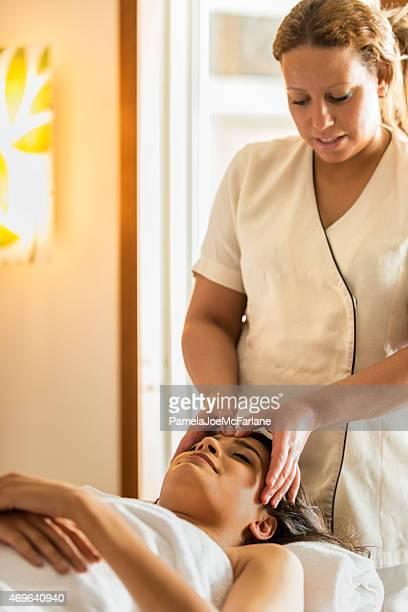 Attraktive nahöstlichen Frau empfangen Gesichtsmassage von weiblichen Therapeuten