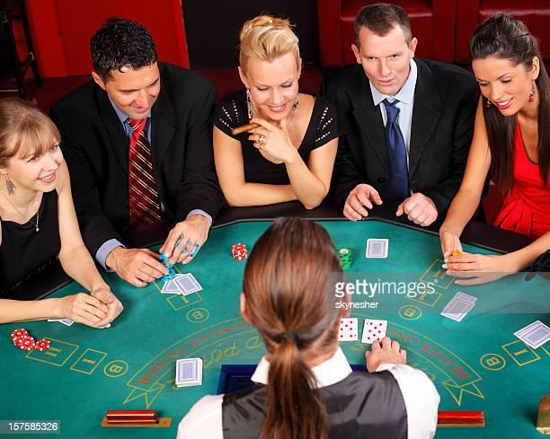 Attraktive Menschen, die Spaß an der Blackjacks Tisch.