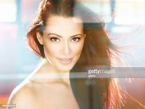 attraente donna a pelo rossa. - gilaxia foto e immagini stock