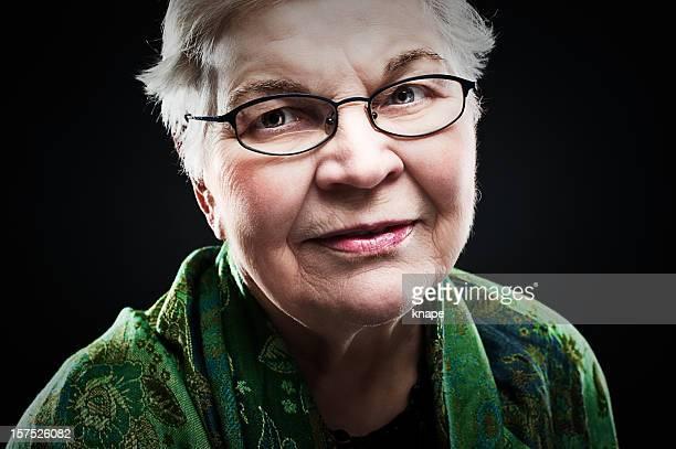 atractiva mujer mayor - contraste alto fotografías e imágenes de stock