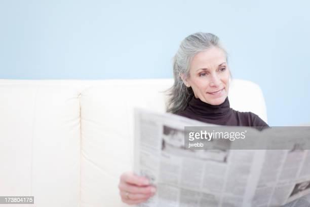 Belle Senoir femme lisant le journal