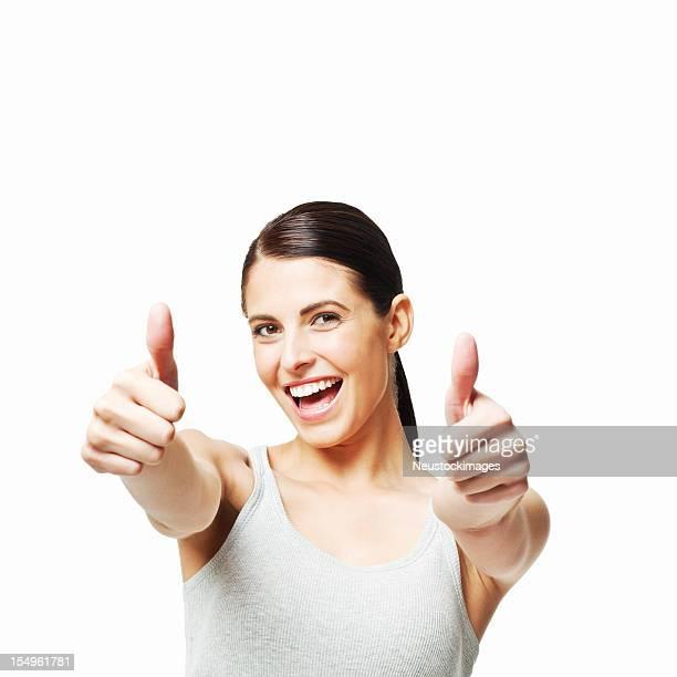 Jolie femme souriante, donnant les pouces en l'air-isolé