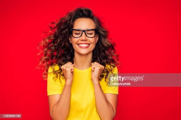 jeune femme de sourire attirante - gagner photos et images de collection