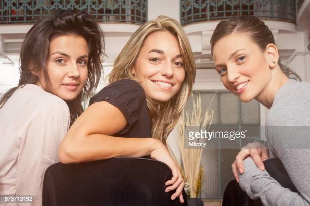 Aantrekkelijke student meisjes op zoek terug lacht in collegezaal van de Universiteit