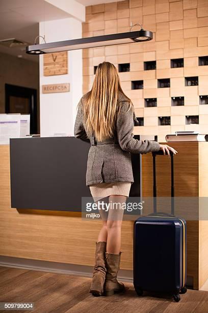 Attraktive Frau kommt im Hotel