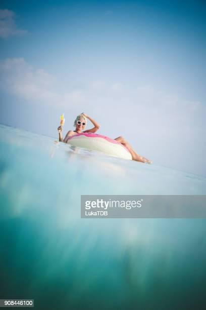 Attraktive Frau schweben im Donut auf den Malediven