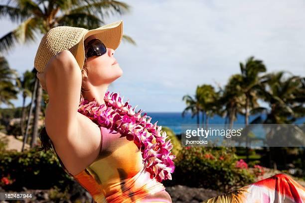 Atractiva mujer en Hawaiin vacaciones