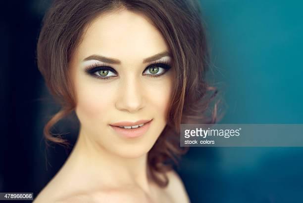 attractive woman smiling - groene ogen stockfoto's en -beelden